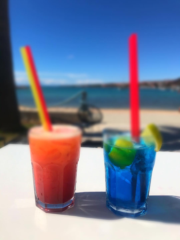 koktel novalja u blizini plaže